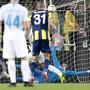 Schlüsselszene im Sükrü-Saracoglu-Stadion von Istanbul: Fenerbahces Torschütze Islam Slimani (Nummer 31) sieht, wie Goalie Harun Tekin den Penalty von Zenits Robert Mak pariert