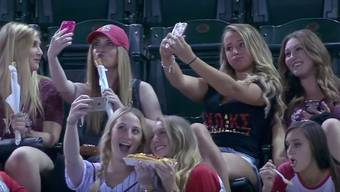 Die Selfie-Girls am Baseball-Spiel: Dieses Video ging um die Welt.