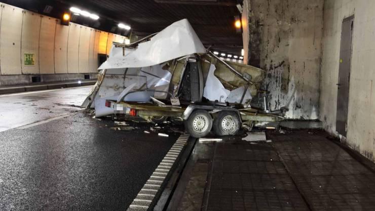 Ungebremst gegen die Tunnelwand gedonnert und vollständig zerstört worden ist dieser Anhänger im Seelisbergtunnel.