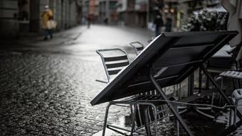 Die Stühle sind hochgestellt: Geht es nach dem Bundesrat, wird die Schliessung von Gastrobetrieben sowie von Kultur- und Freizeitbetrieben bis Ende Februar verlängert.