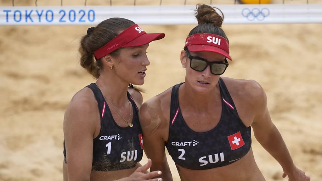 Joana Heidrich (rechts) und Anouk Vergé-Dépré müssen sich im Tokioter Sand erstmals geschlagen geben.