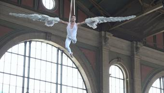 Jason Brügger fliegt durch die Zürcher Bahnhofshalle