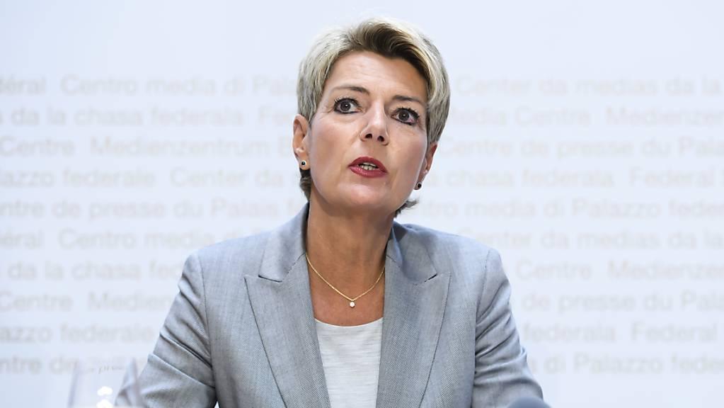 Bundesrätin Karin Keller-Sutter hat am Dienstag bei ihrer Ankunft in Luxemburg die Malta-Vereinbarung zur Verteilung von Asylsuchenden aus dem zentralen Mittelmeer kritisiert. Die EU-Innenminister diskutieren am Mittagessen darüber. (Archiv)