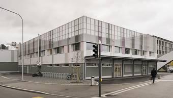Das Bundesasylzentrum an der Ecke Pfingstweidstrasse/Duttweilerstrasse in Zürich ist am 1. November vom Staatssekretariat für Migration (Sem) eröffnet worden. Nun gibt es bereits Kritik im Zürcher Stadtparlament und vom Stadtrat am rigiden Regime.