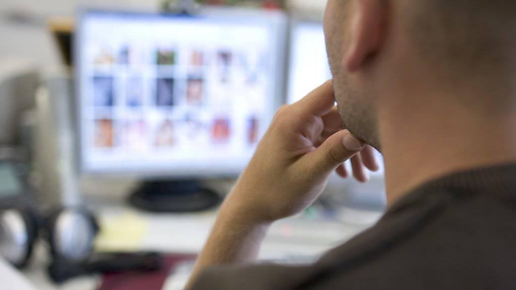 Wegen Kinder- und Tierpornos angeklagt ist ein ehemaliger fedpol-Mitarbeiter. Im Bild ein Mitarbeiter der Koordinationsstelle zur Bekämpfung der Internetkriminalität (KOBIK) bei der Fahndung nach Kinderpornografie.