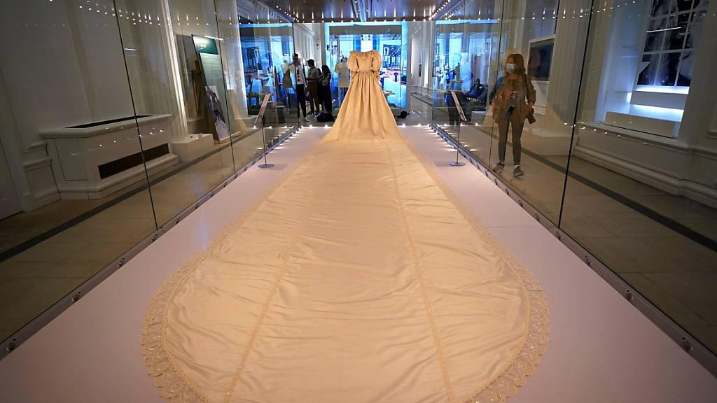 Das Hochzeitskleid mit der spektakulären langen Schleppe von Diana, Prinzessin von Wales. Foto: Yui Mok/PA Wire/dpa