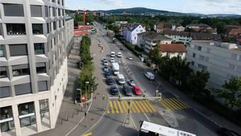 Links der Limmat-Tower, in der Mitte die Überlandstrasse, rechts das Altberg-Quartier: Die Arbeiten an der Überlandstrasse dauern bis Ende Oktober 2020.