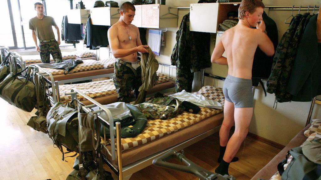 Rekruten der Panzer-RS in Thun ziehen sich um. (Archiv)