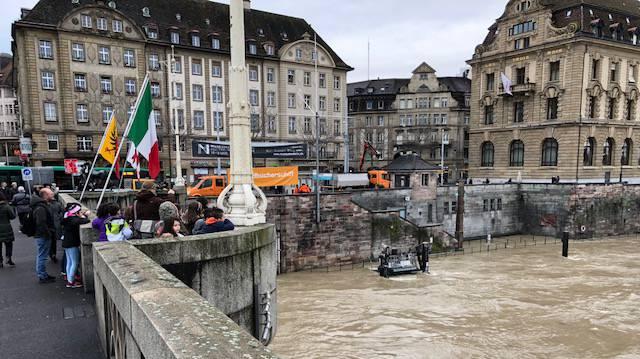 Der reissende Rhein am Dienstagmorgen bei der Mittleren Brücke.