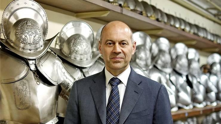 Kommandant Christoph Graf in der Waffenkammer der Päpstlichen Schweizergarde im Vatikan.