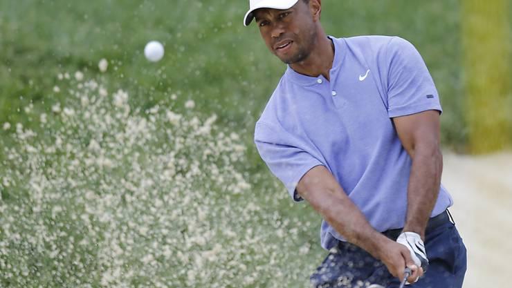 Tiger Woods zeigt einen perfekt ausbalancierten Schlag aus dem Bunker