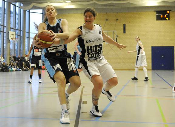 Basel Nr. 4 Marisa Heckendorn (re) im Kampf um den Ball mit Luzern Nr. 24 Pamela Palamar (li).