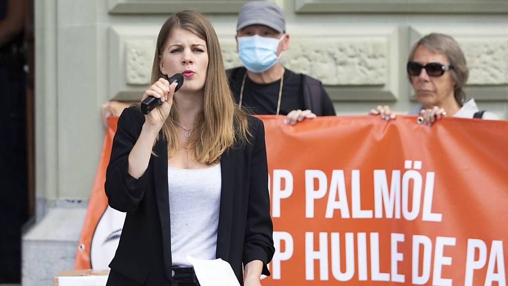 Das Referendum gegen das Wirtschaftsabkommen mit Indonesien ist formell zu Stande gekommen. (Ronja Jansen, Präsidentin der JUSO bei der Einreichung des Referendums «Stop Palmöl» am 22. Juni 2020 in Bern)