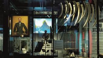Die Schweiz und die weite Welt in der Ausstellung vereint: ein Hodler-Gemälde neben Elefantenzähnen.