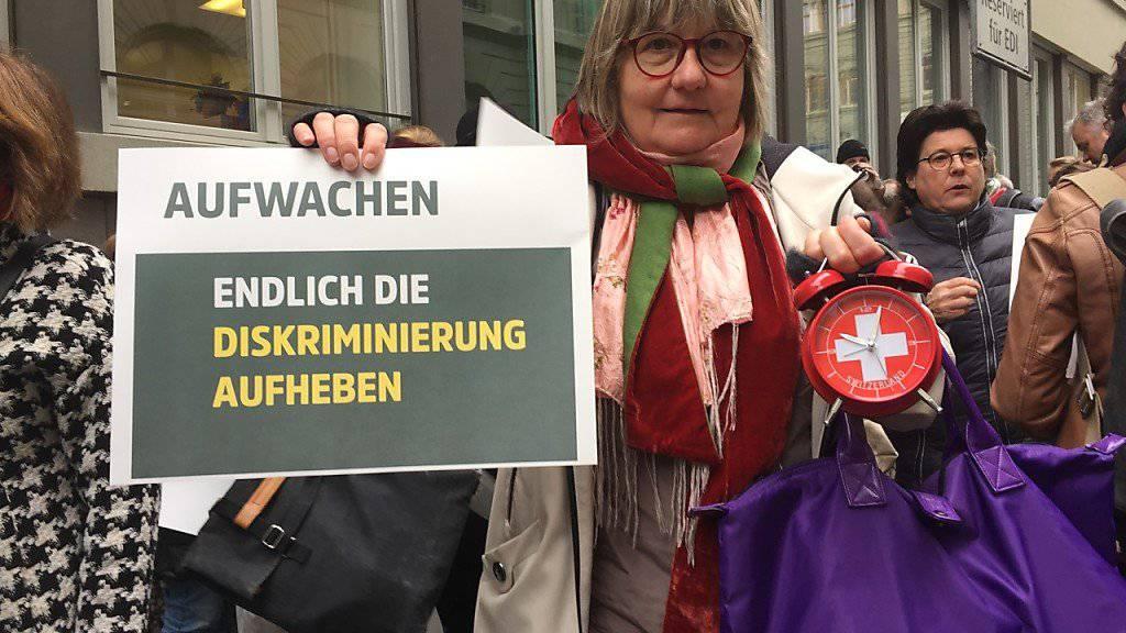 Mit Weckern versuchten Psychotherapeutinnen und -therapeuten am Freitag in Bern Gesundheitsminister Alain Berset an dessen Departementssitz symbolisch aufzuwecken. Zusammen mit drei Berufsverbänden forderten sie ein Ende der Diskriminierung ihres Berufsstands.