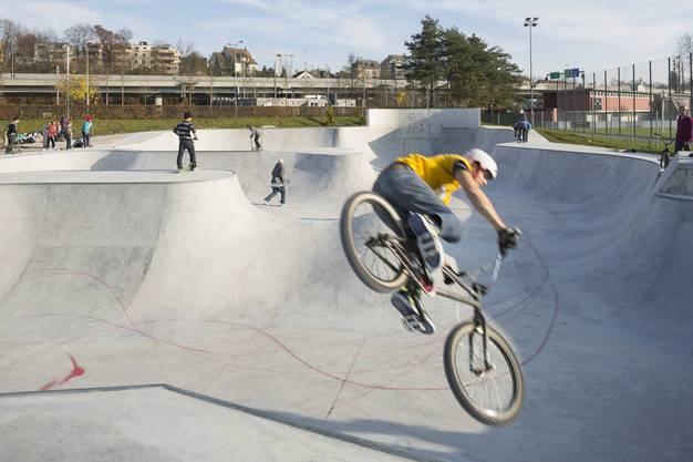 Der neue Free-style-Park auf der Zürcher Allmend: neben den Grossen, die kühne Sprünge auf ihrem BMX oder Skatebord wagen...