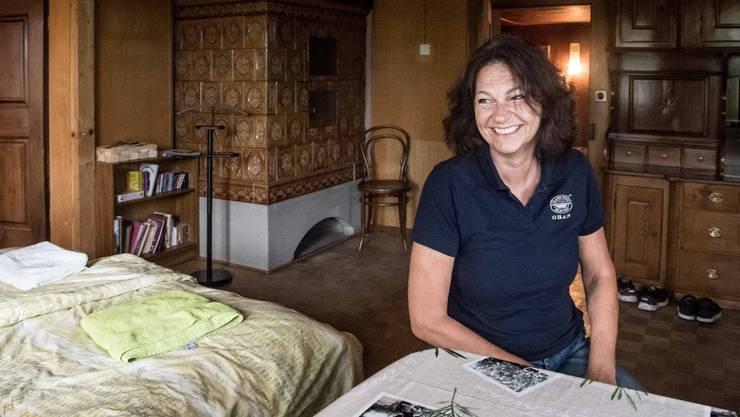 Mara Simonetta in der Wohnung, die sie auf Airbnb vermietet. Charakteristisch für die Wohnung sind die Kachelöfen.