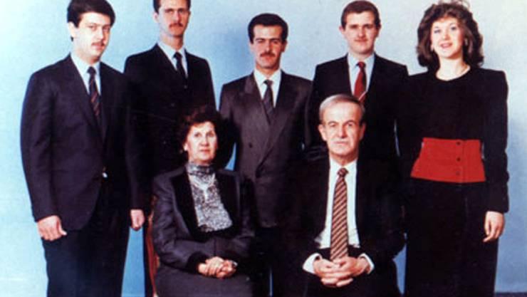 Vorne sitzend die Eltern: Anissa Maklouf und Hafez Assad. Hinten von links: Maher, Bashar, Bassch, Majd und Bushra.