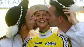 Küsse für Jolanda Neff bei der Siegerehrung der Polen-Rundfahrt