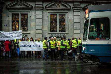 """Vor dem Rathaus machten sich die Gegner aus der Region, die """"IG Limmattalbahn - Nein"""" aus Dietikon und der Verein """"Limmattalbahn - so nicht"""" aus Schlieren, bemerkbar."""
