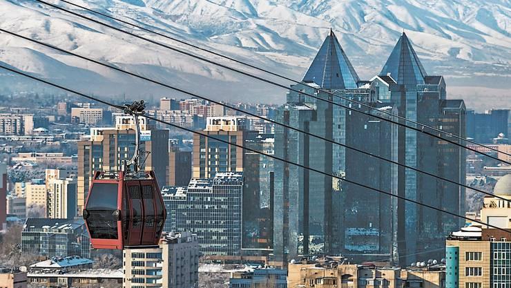 Almaty mit seinem modernen Zentrum und der imposanten Bergwelt des Tienschan-Hochgebirges ist die grösste Stadt Kasachstans. Eine Gondelbahn führt in ein Skigebiet.