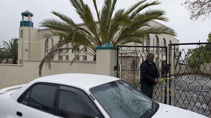Ein Ermittler sperrt den Tatort ab, nachdem in der Moschee im südafrikanischen Malmesbury ein Angreifer zwei Menschen niedergestochen hat und darauf erschossen wurde.