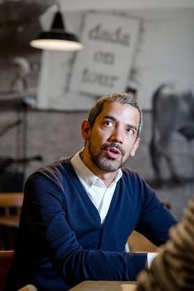 Cabaret-Voltaire-Direktor Adrian Notz beim Interview in der Bar, die 1916 als Künstlerkneipe Voltaire eröffnet wurde. Foto Sandra Ardizzone
