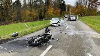 Tödlicher Verkehrsunfall: Der Motorradfahrer kollidierte bei einem Überholmanöver frontal mit einem Lieferwagen.