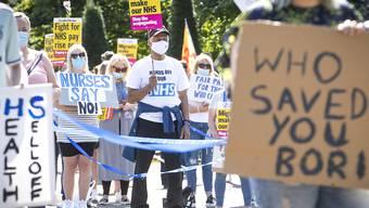 Beschäftigte des Nationalen Gesundheitsdienstes demonstrieren und kritisieren die britische Regierung - hier in Glasgow. Foto: Jane Barlow/PA Wire/dpa