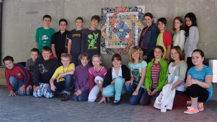 Stolz posieren die Kinder vor ihrem gelungenen Werk