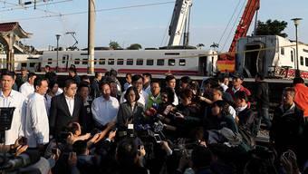 Taiwans Präsidentin Tsai Ing-wen besucht die Stelle des verheerenden Bahnunglücks - der Lokführer hatte vor dem Unfall Bremsprobleme gemeldet.