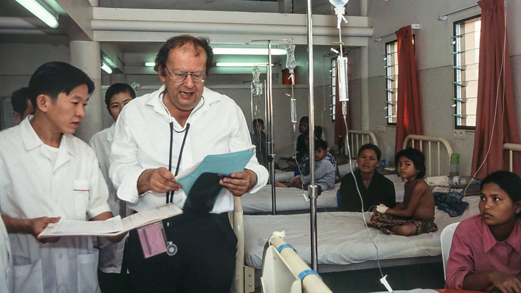Beat Richner in einem seiner Spitäler in Kambodscha im Jahr 2001: Der Zürcher Musiker und Kinderarzt musste aus gesundheitlichen Gründen von seinen Funktionen zurücktreten. (Archivbild)