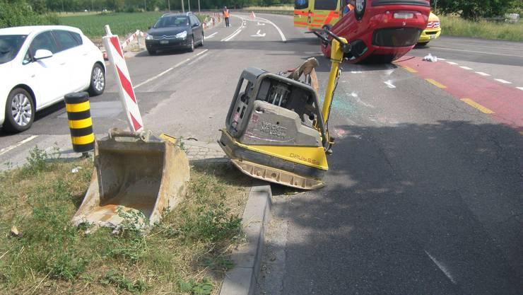 Die Autolenkerin kam mit der linken Fahrzeugseite an die Verkehrsinsel und kollidierte mit einer Baumaschine.