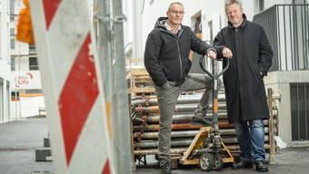 Markus Roth (r.), ehemaliger «Hirschen»-Wirt, und Reto Schaffer, Trinamo-Geschäftsführer, vor den Sheddachhallen im Lenzburger Quartier «Im Lenz».