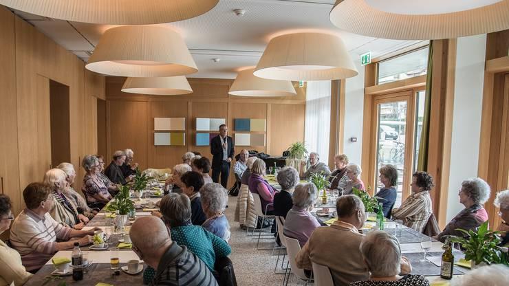 Der monatliche vom Seniorenrat Dietikon organisierte «Zmittagstisch». Persönlichkeiten erzählen aus ihrem Alltag oder kramen in ihren Erinnerungen.