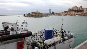 Flüchtlinge auf einem Schiff der italienischen Küstenwache (Archiv)