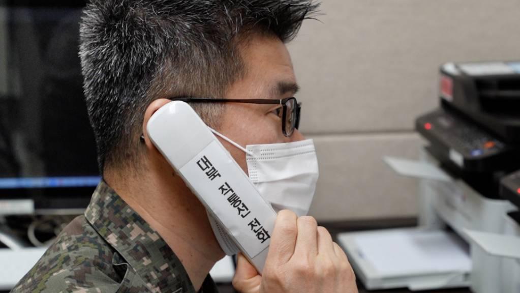 Auf diesem vom südkoreanischen Verteidigungsministerium zur Verfügung gestellten Foto führt ein Militäroffizier einen Testanruf nach Nordkorea durch.