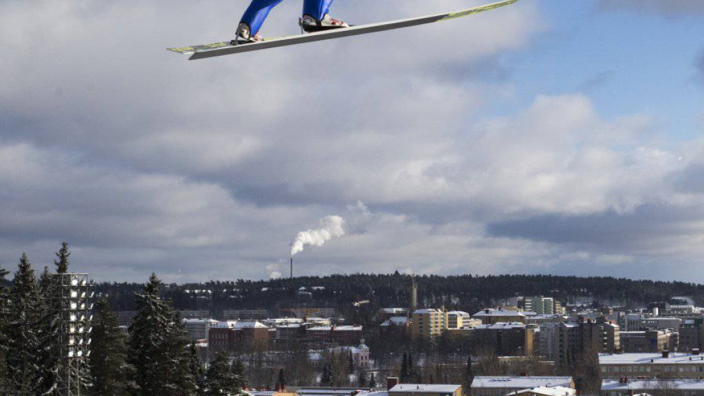 Tim Hug über der Skyline von Lahti