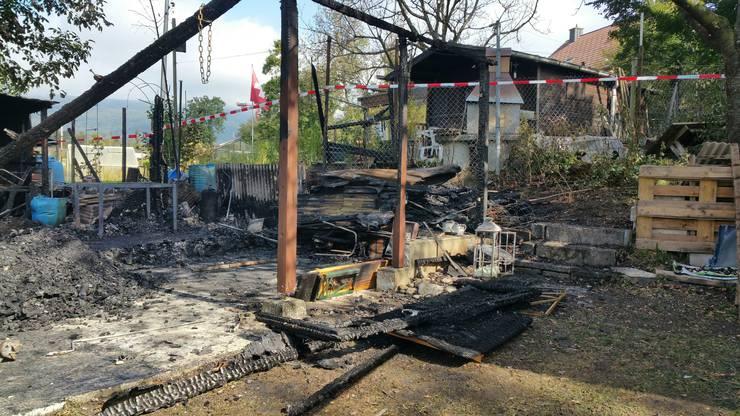 Die beiden Gartenhäuschen wurden durch den Brand komplett zerstört.