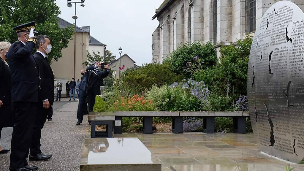 Innenminister Gerald Darmanin an der Gedenkstätte für Pater Jacques Hamel. Foto: Jean-Francois Monier/AFP/dpa