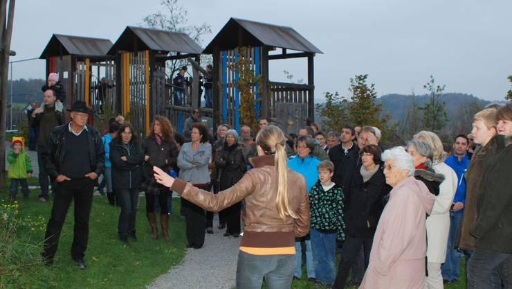 Landschaftsarchitektin Andrea Reich (Bildmitte) führt die Gäste durch den neuen Aussenraum