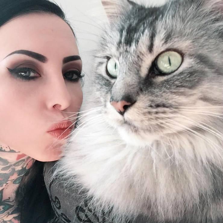 Tattoo-Model Makani Terror mit ihrer Lieblingskatze