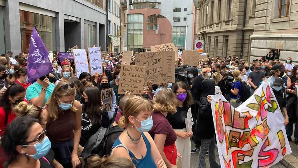 500 Demonstrierende kritisieren Basler Vergewaltigungsurteil