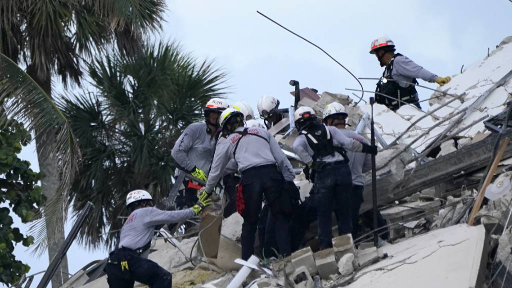Mit den Identitäten von Opfern des Häusereinsturzes in Miami haben Cyberkriminelle versucht, an Geld der Verstorbenen zu kommen. (Archivbild)