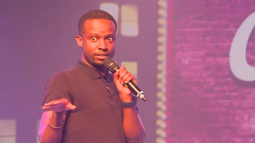 «Eine Dame kam zu mir und fragte mich, ob ich Komiker sei»: Wie Charles Nguela auf die Bühne kam
