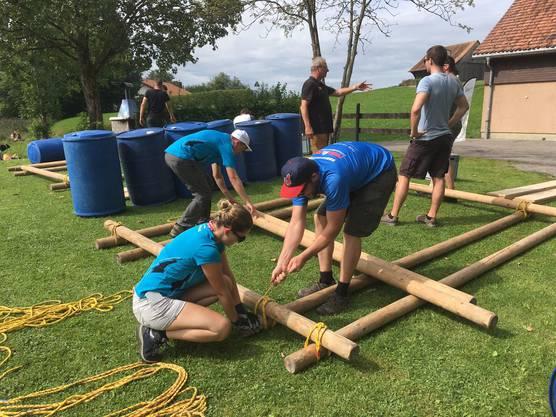 Turnfahrt: Teamarbeit beim Floss bauen.