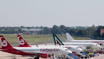 Am Gate statt in der Luft: Air Berlin musste am Sonntag aus finanziellen Gründen Dutzende von Flügen ausfallen lassen. (Archiv)