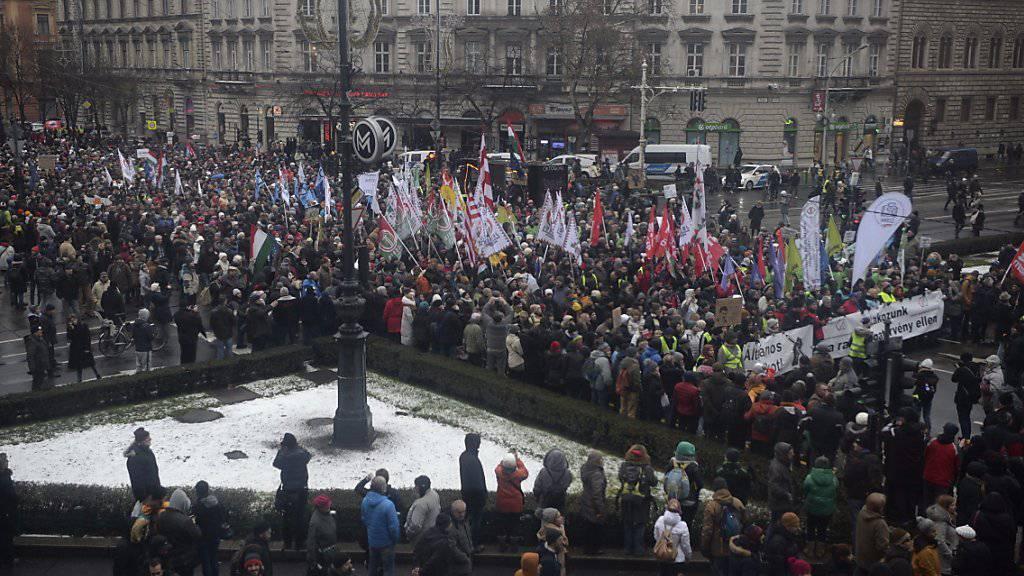 10'000 Menschen gingen am Samstag in Budapest auf die Strasse. Die Proteste gegen die Orban-Regierung werden von linken wie rechten Oppositionsparteien, Gewerkschaften und Zivilorganisationen unterstützt.