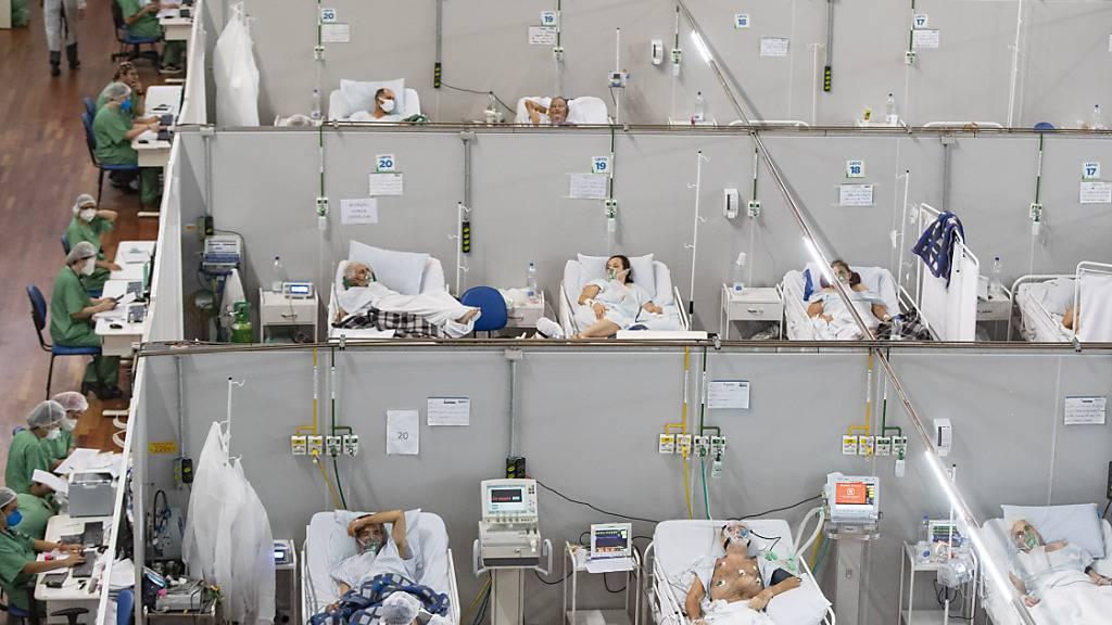 ARCHIV - Covid-19-Patienten liegen in einem Feldlazarett in Santo Andre. Foto: Andre Penner/AP/dpa