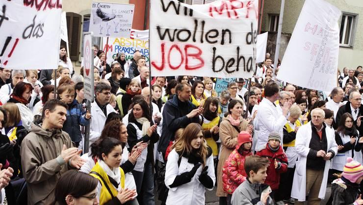 Grossaufmarsch: Kämpferische Hausärzte und Praxisassistentinnen applaudieren